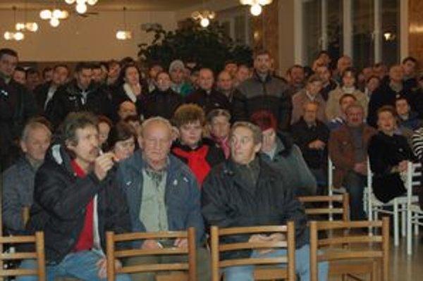 Hermanovčania. V utorok im poslanci na verejnej schôdzi oznámili, že ich starosta pripravil o stotisíce eur.