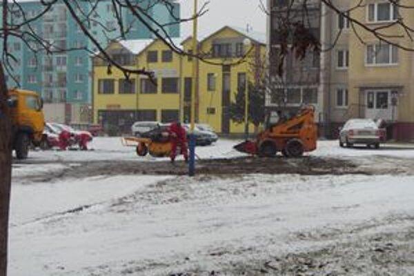Karpatská ulica. Okolo ihriska osadili nové lavičky.