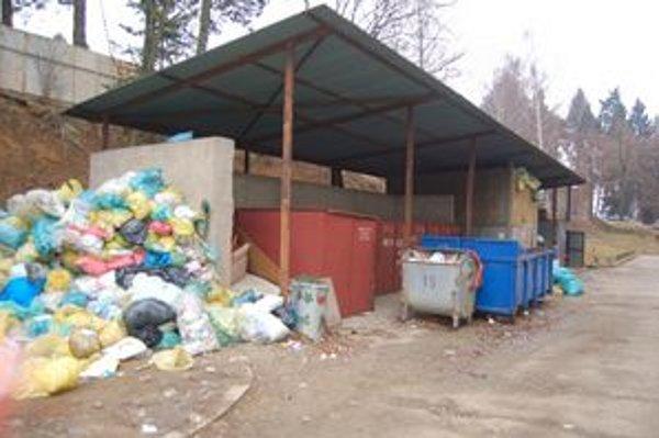 Skládka nebezpečného odpadu. Vyhradený priestor je preplnený, vrecia s biologickým odpadom sa voľne povaľujú po zemi.
