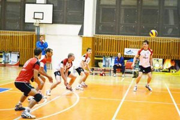 Volejbalisti Prešova v akcii. Po krátkej pauze sa súťažného zápasu nevedia dočkať.