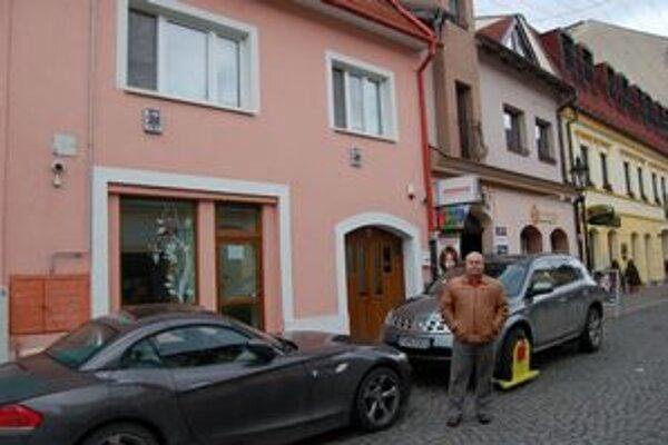 Autá Michala Dandára pred jeho obydlím. Mestskí policajti ich už po niekoľký raz ozdobili papučami.