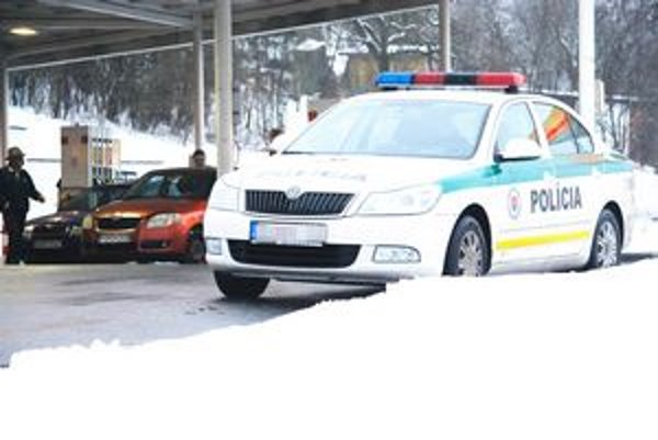 Obnovené fotky. Je na nich zachytené auto odstavené na čerpacej stanici bez posádky.