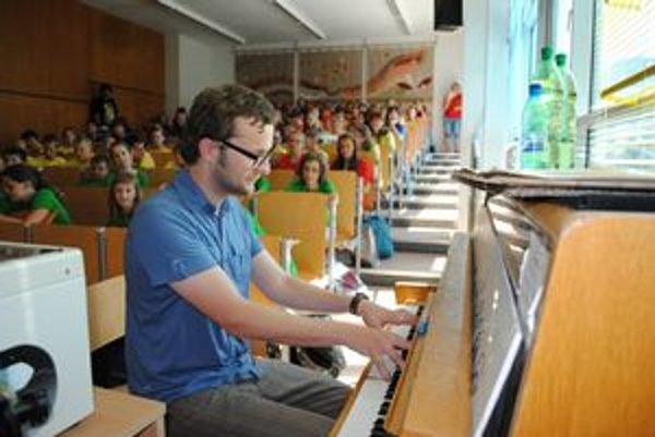 Martin Husovský spieva, hrá a občas aj učí deti hudbu.