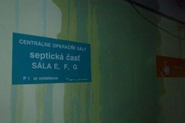 Mokré steny. Voda sa liala aj do operačných sál.