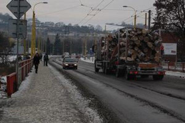 Most na Levočskej. Autá tu jazdia blízko pri chodníku.