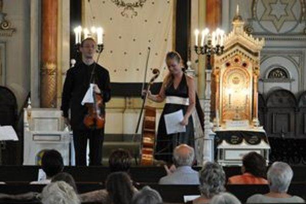 Lukáš Kmiť a Karolína Hurajová počas koncertu v prešovskej synagóge.