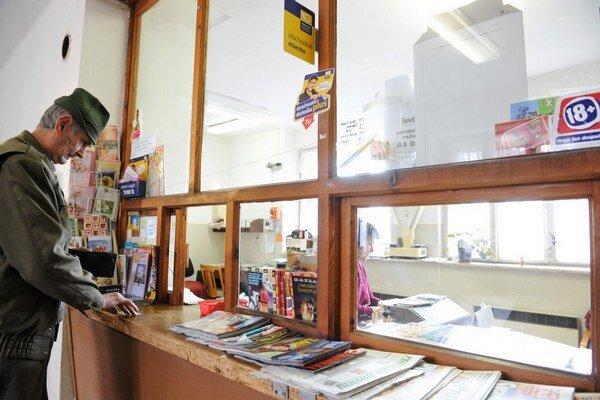 Na niektorých pobočkách pošty nie je veľa zákazníkov. Niektoré z nich už Pošta previedla na úrady či obchody.