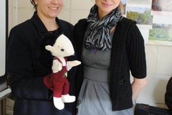 Ježko Separko. Maňušku predstavila Jana Končeková (vľavo) a projektová manažérka Silvia Karolyiová.