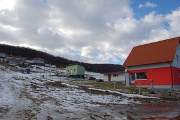 Sporné územie. Patrí do katastra Gregoroviec, stavebné povolenie vydávalo mesto V. Šariš.