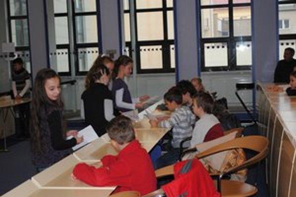 Prezentačný deň štvrtákov. Na MsÚ v Prešove deti rozprávali o tom, čo počas týždňa zažili.