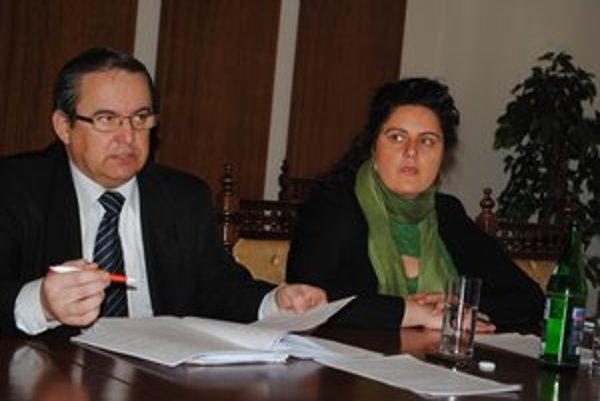 S. Kahanec i S. Pavlovičová už vedia, aké je to sedieť na dvoch stoličkách.