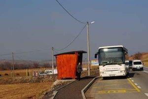 Zastávka vo Fulianke. Čakanie na autobus je konečne bezpečnejšie.