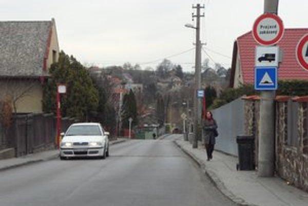 Kysucká ulica. Obyvateľov obťažuje hustá doprava.