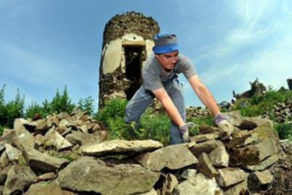 Nezamestnaní urobili na Šarišskom hrade v minulom roku kus dobrej práce.