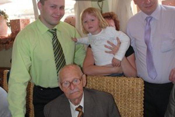 Anton Kubičko s pravnukmi. Sú spolu každý deň.