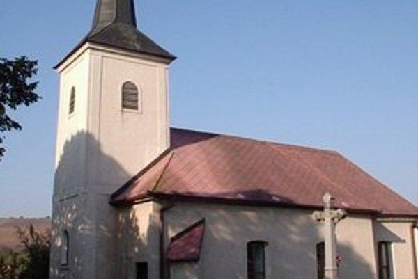 Kostol zasvätený narodeniu Panny Márie. Je najstaršou a najvýznamnejšou budovou v obci Malý Slivník, bol postavený ešte pred 14. storočím.