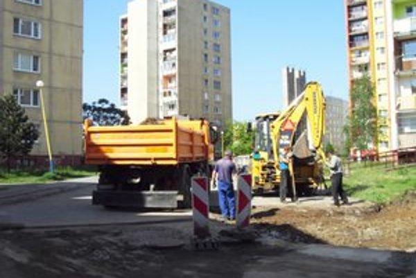 Parkovisko na Karpatskej. Robotníci nový povrch urobili za jeden deň.