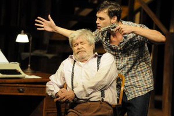 Vľavo Sidney Bruhl, predstaviteľa hlavného hrdinu hrá Jozef Stražan, vpravo Clifford Anderson, ktorého hrá Matej Lacko.