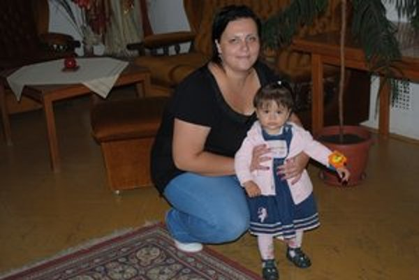 M. Handlovičová s dcérkou Kristínkou. Bývajú v chránenom bývaní.