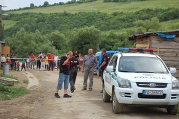 Pred obchodom. Policajti niekoľko hodín dokumentovali miesto činu.