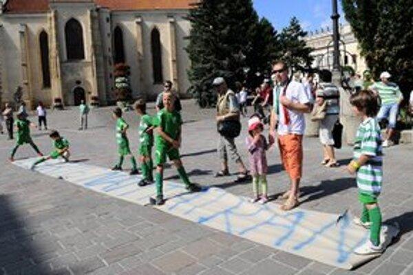 V utorok sa pre futbal snažil tlačiť na zastupiteľstvo aj verejný protest pred prešovskou radnicou. Aj za účasti malých detí.