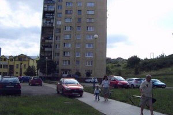 Vnútroblok na Karpatskej. Parkovisko a ihrisko oddeľuje chodník.