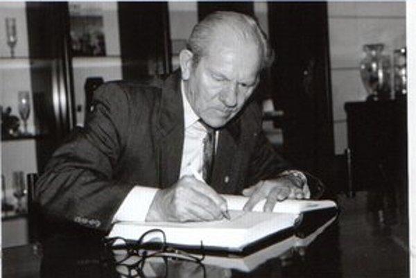 Štefan Košč. Podpisuje sa do pamätnej knihy na radnici.