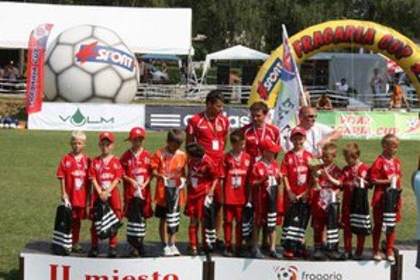 Strieborný  kolektív 8-ročných futbalistov FAMT.