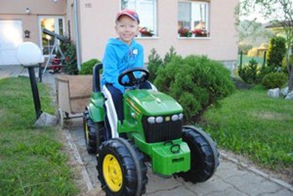 1.Jožko Semančík. Bicykluje sa na tomto traktore.