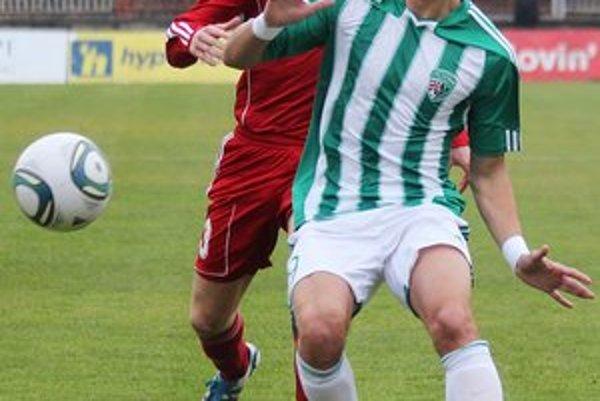 Obranca Jaroslav Kolbas (v bielo-zelenom). Podľa jeho slov musia záverečné minúty zápasov lepšie zvládať.