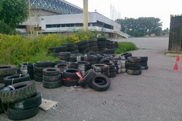 Skládka pneumatík. Dráždi ľudí už od októbra minulého roku.