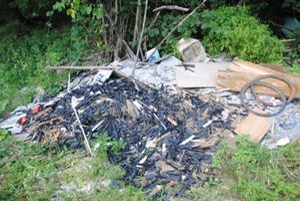 Nahádzaný odpad. V lokalite Pod zámkom v Podhradíku nájdete aj suché zipsy.