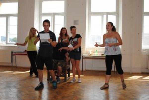 Herci nacvičujú divadelné predstavenie, s ktorým sa predstavia na šarišskom hrade 2. septembra.