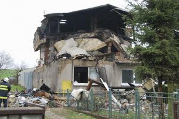 Výbuch plynu a následný požiar zdemolovali dom.