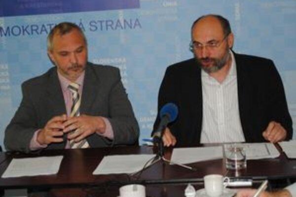 Opoziční poslanci J. Hurný (vľavo) a Š. Kužma.
