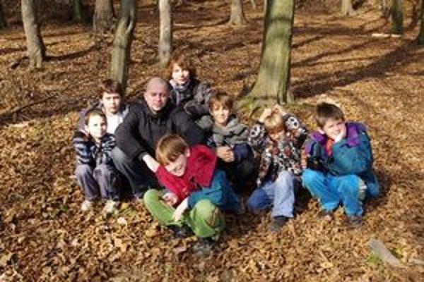 Víkendová fotoškola. Deti sa učia pracovať s fotoaparátom a zároveň sa zabávajú v prírode.
