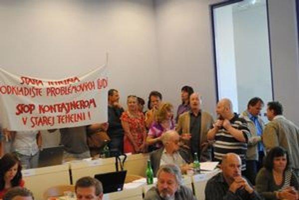 Občania prišli protestovať priamo na zasadnutie.