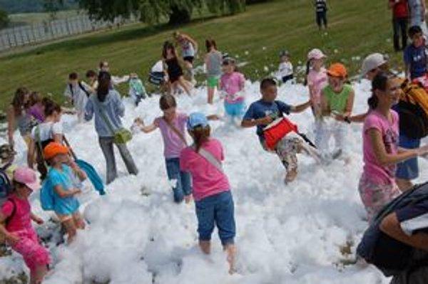Snehová pena. Deti sa nevedeli nabažiť hier s mydlovou penou.