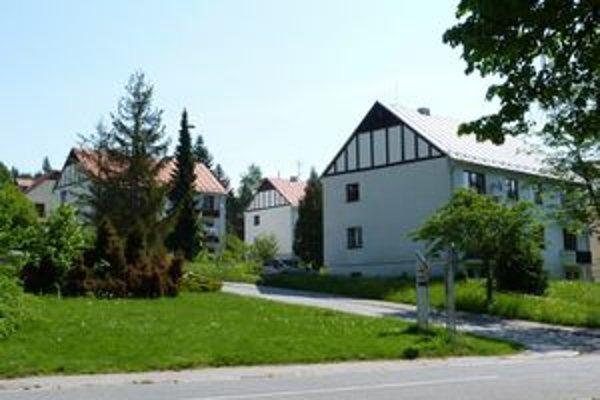 Bytové domy v Bardejovských Kúpeľoch. Pozemky pod nimi vlastnia Lesy SR, ktoré od vlastníkov žiadajú trhovú cenu.