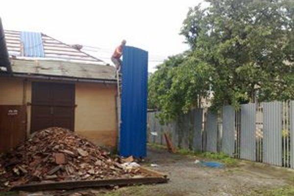 Dom na Kollárovej. Momentálne opravujú zatekajúcu strechu.