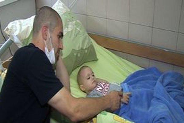 Anjelik Marek. Má leukémiu, rodičia a lekári robia všetko pre jeho záchranu.