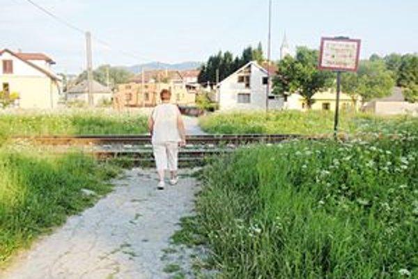 Železničné priecestie. Miestni to roky využívajú ako prechod na druhú stranu dediny.