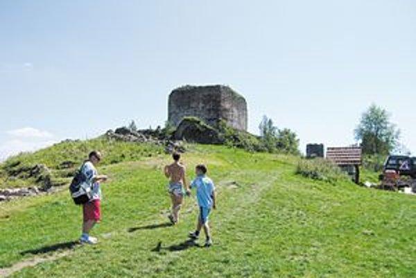 Počas prvých dní skúmali hrad a radili sa, kde začať.