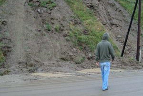 Zosunutý svah. Zablokoval prístupovú cestu do Tichého Potoka.