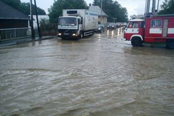 Zaplavená Sabinovská ulica v Lipanoch.