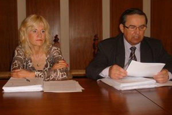 Š. Andraščíková a S. Kahanec. Na zverejňovanie materiálov majú rozdielny názor.