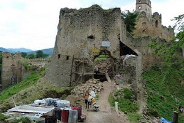 Dobrovoľníci. V občianskom združení na záchranu hradu sú kamenári, stavbári, historici i pamiatkari.