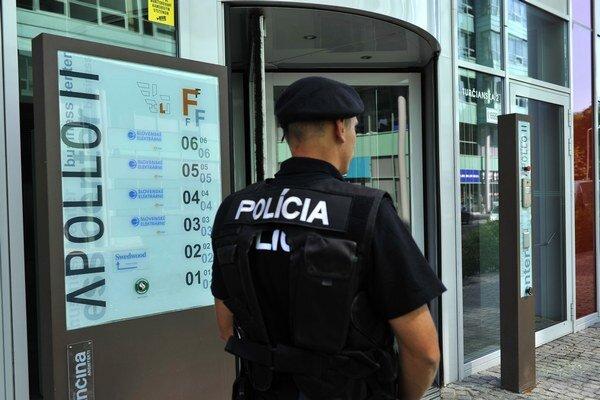 Policajt pred jedným z vchodov do budovy Slovenských elektrární v Bratislave.