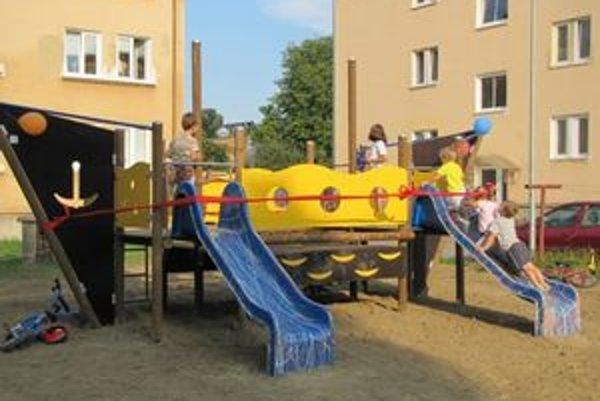 Ihrisko. Má novú preliezačkovú loď, detské pieskovisko, prevažovačky, kolotoč a lavičky.