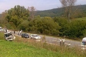 Krátko po nehode. Biela fabia patrí policajtom, ktorí zastavili za nimi stojace poľské audi.